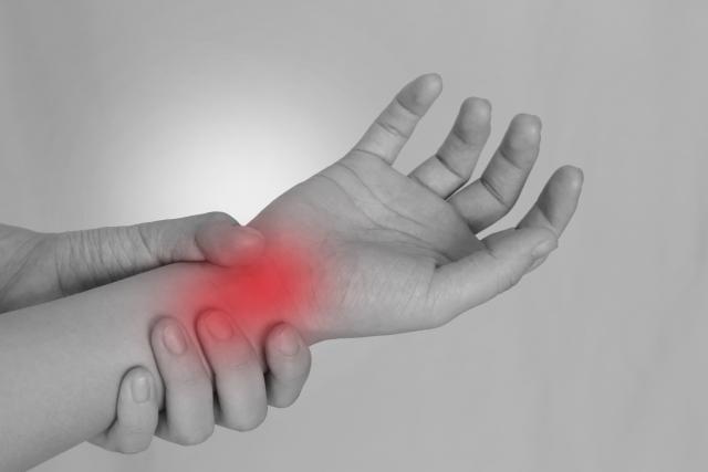 同じ手や指にかかる負担の蓄積が腱鞘炎の原因です