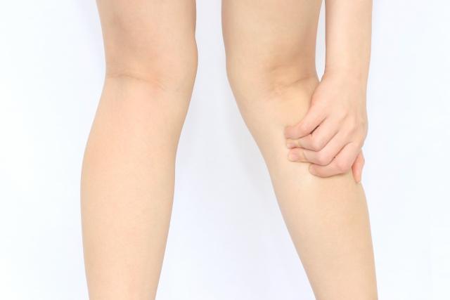 肉離れの辛い症状に悩む女性の足