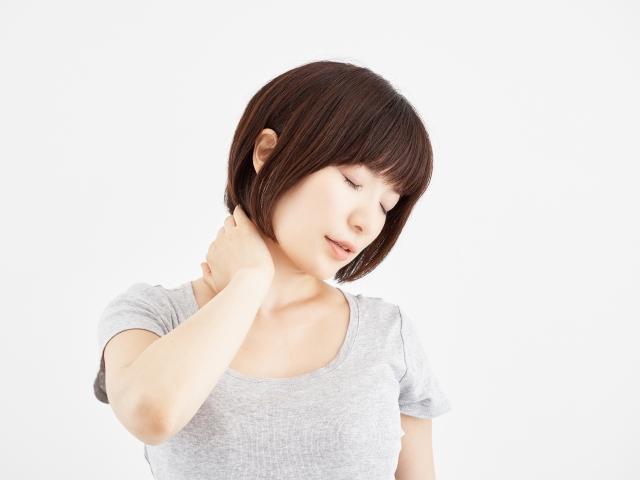 首こりのつらい症状に悩む女性